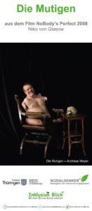 Auf einem altmodischen mit dunklem Leder gepolsterten Stuhl sitzt ein nackter Mann. Der Körper dreht sich der Kamera zu und erlaubt den Blick auf verkürzte Arme und Beine. Der Mann lacht dem Betrachter entgegen. Sein offenes, lebendiges Gesicht steht im Kontrast zu einem Totenschädel, der auf einem Tischchen liegt. Vor dem dunklen Hintergrund erzeugen die Gegensätze eine starke Spannung.