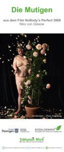 Bildbeschreibung:Halb verborgen hinter einem blühenden Rosenstrauch blickt ein unbekleideter Mann in die Kamera. Seine kräftige Figur steht in Kontrast zu den zarten Rosenblättern, die ihn umgeben. Sie scheinen um ihn herum zu schweben und bedecken den dunklen Boden und Hintergrund. Sein sichtbarer Arm ist verkürzt und gekrümmt.