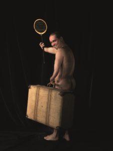 Ein unbekleideter Mann im Aufbruch: Seine linke gekrümmte Hand fasst den Griff eines altmodischen Koffers. Mit dem rechten verkürzten Arm schwingt er einen Tennisschläger. Er lacht unternehmungslustig zurück zur Kamera. Sein Schritt richtet sich dem dunklen Hintergrund entgegen.